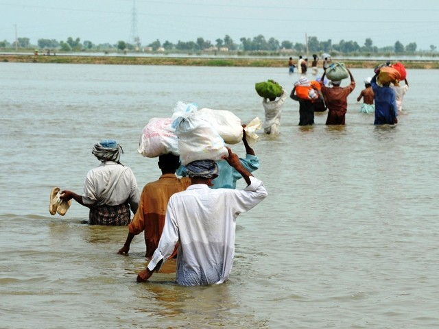 https://c.tribune.com.pk/2010/09/flood-walk-water-AFP-640x480.jpg