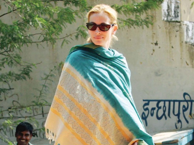 Julia Roberts while on location in Mirzapur, on the outskirts of New Delhi, for the shoot of Eat Pray Love. PHOTO: EPA