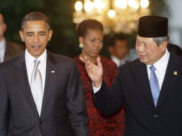 U.S. President Barack Obama (L) walks with his Indonesian counterpart Susilo Bambang Yudhoyono prior to their meeting at Merdeka Palace in Jakarta November 9, 2010. PHOTO: REUTERS