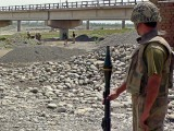 pakistani-army-soldiers-search-for-explosives-under-a-bridge-4