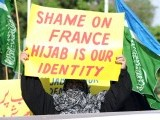 Veiled women activists of the Pakistani fundamentalist Islamic party Jamaat-i-Islami (JI) hold placards during a protest in Islamabad on April 13, 2011 over the introduction of a ban on the wearing of veils in France. PHOTO : AFP