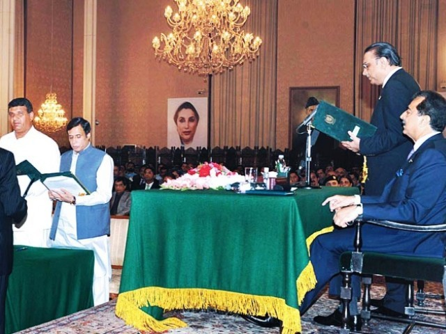 President Zardari administering the oath of office of PML-Q parliamentarians. PHOTO: APP/FILE