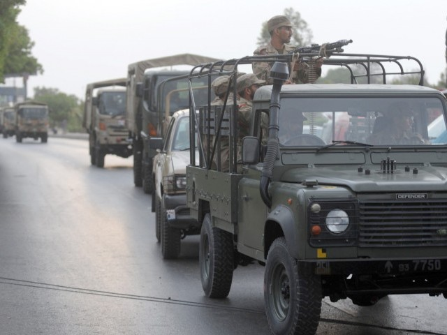 Pakistani soldiers arrive for a military operation against militants at Pakistan's naval air base following an attack by militants in Karachi on May 23, 2011. PHOTO : AFP