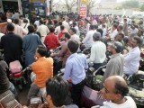 Chaos at Karachi petrol pumps. PHOTO: ATHAR KHAN/EXPRESS