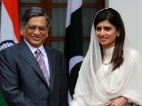 Indian Foreign Minister S. M. Krishna (L) shakes hands with his Pakistani counterpart Hina Rabbani Khar (R) prior to a meeting in New Delhi on July 27, 2011. PHOTO: AFP