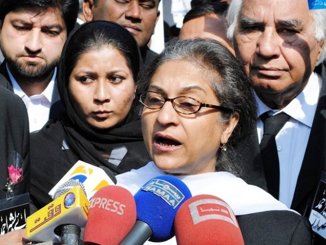 Asma Jahangir informed the court that criminal groups in Lyari had support from certain political parties. PHOTO: ONLINE/FILE