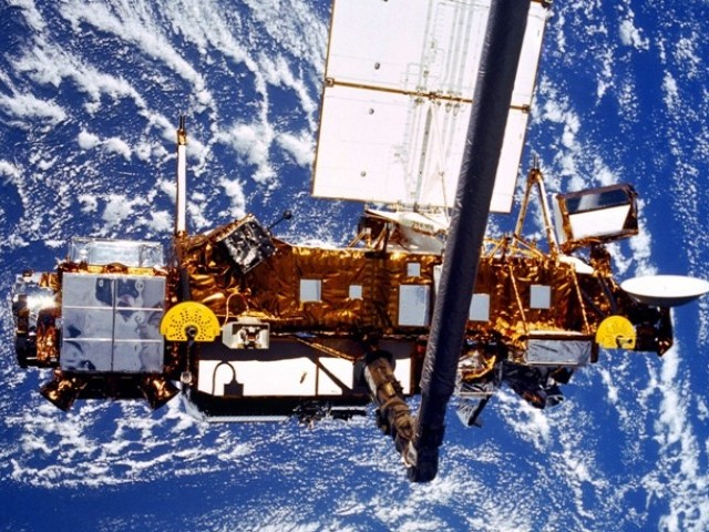 The Upper Atmosphere Research Satellite (UARS) is deployed by the Space Shuttle Discovery (STS-48) in this NASA handout photo dated September 1991. PHOTO: REUTERS