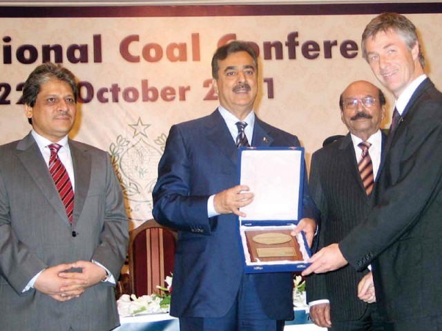 Prime Minister Syed Yousaf Raza Gillani giving away shields to foreign participants of International Coal Conference in Karachi. PHOTO: NNI
