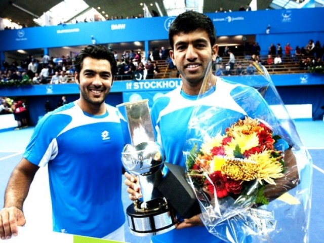 India's Rohan Bopanna (R) and teammate Pakistan's Aisam-Ul-Haq Qureshi hold the trophy during the award ceremony. PHOTO: AFP