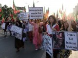 Female supporters of Pakistani politician Imran Khan and chief of Tehreek-e-Insaf (Movement for Justice) party, carry placards as they march during protest rally in Islamabad on October 28, 2011 against US drone attacks in Pakistani tribal region. PHOTO : AFP