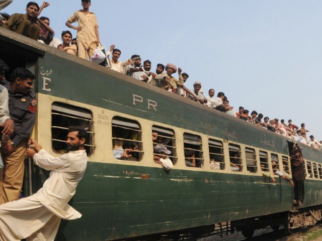 Pakistani passengers cram onto an overloaded train to return to their hometowns for the Eid in Lahore on August 30, 2011. Bus and train stations get crowded with homebound passengers for Eid celebrations. PHOTO : AFP