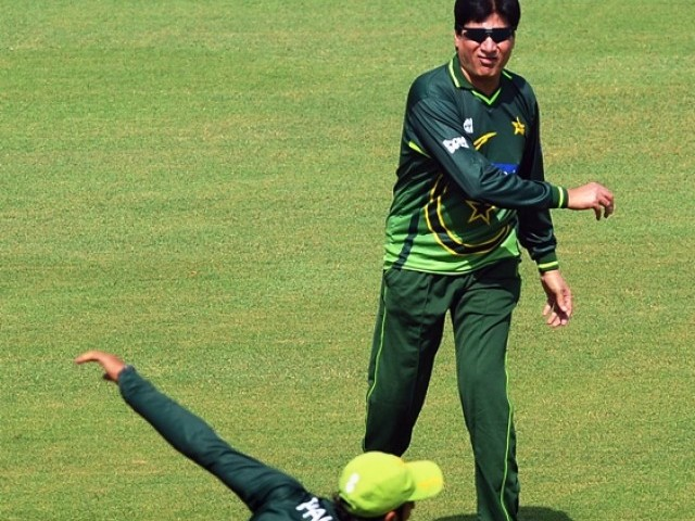 Pakistan's interim cricket coach Mohsin Khan (R) instructs team player Shoaib Malik during a training session at the Gaddafi Cricket stadium in Lahore on October 11, 2011. PHOTO: AFP