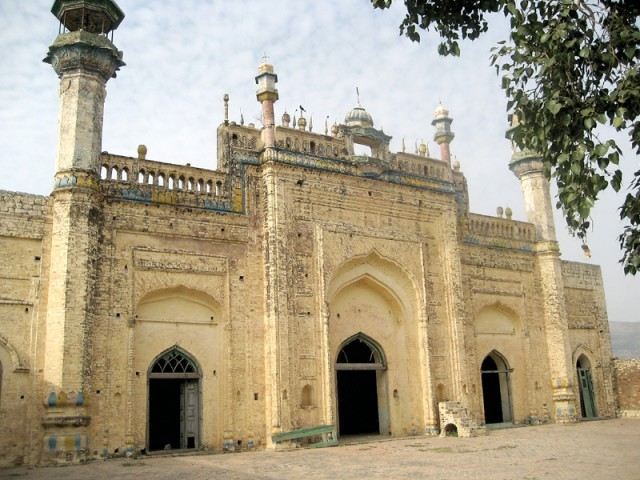 Masjid Rajgan, built with the capacity of accommodating 1, 000 worshippers, stands abandoned. PHOTO: EXPRESS TRIBUNE