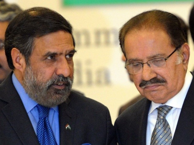 Indian Commerce Minister Anand Sharma (L) and his Pakistani counterpart Makhdoom Amin Fahim (R) witness a signing agreement ceremony between Pakistan and India in Islamabad on February 15, 2012. PHOTO: AFP