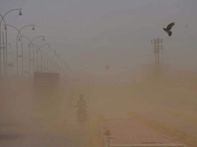 PMD says dusty winds expected to blow in some parts of Sindh throughout the night. PHOTO: EXPRESS/FILE