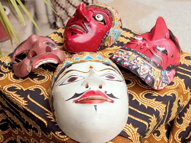 Intricately carved and hand painted masks were on display while an impromptu Baitik workshop was conducted in the gardens of the Nomad Gallery on Saturday. PHOTO: MUHAMMAD JAVAID