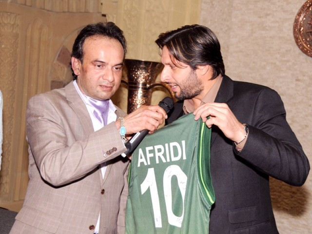 The Karachi-based Omair Sana Foundation organised an auction in Houston, US which was attended by all rounder, Shahid Khan Afridi, and TV actor, Humayun Saeed. Afridi auctioned his bats, balls, shirt and other sports items. The proceeds will go to children in Karachi as well. PICTURE COURTESY OMAIR SANA FOUNDATION