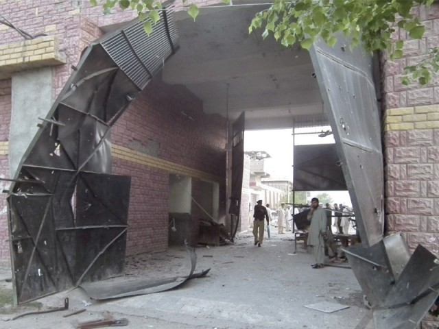 A militant commander who helped plan an assault on Bannu jail on Sunday which freed nearly 400 prisoners said his group had inside information. PHOTO: REUTERS/FILE