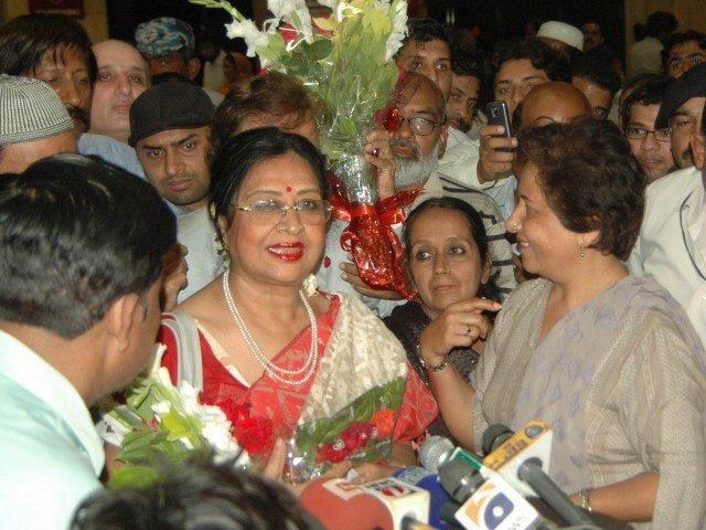 Filmstar Shabnam thronged by fans at Karachi airport. PHOTO: EXPRESS/MOHAMMAD NOMAN
