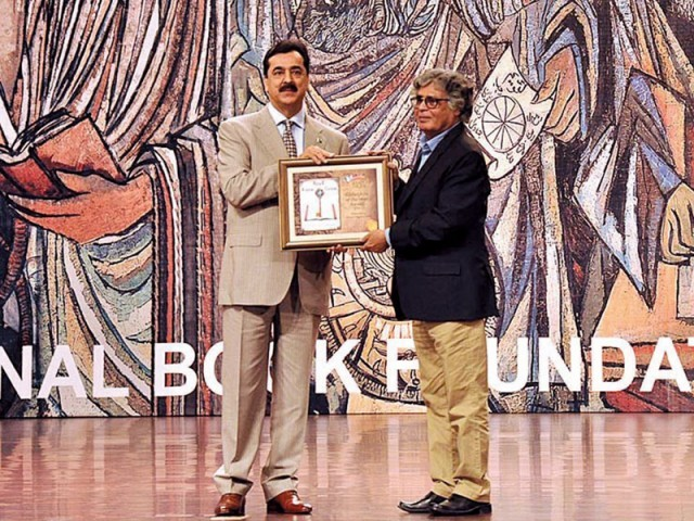 Salahuddin receives the Bibliophile Award from the Prime Minister. PHOTO: APP