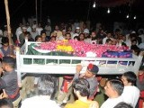 Police officers carry out the coffin of SHO Civil Lines Fawad, who was shot and killed during the crossfire in Lyari operation. PHOTO: MOHAMAMAD NOMAN/EXPRESS