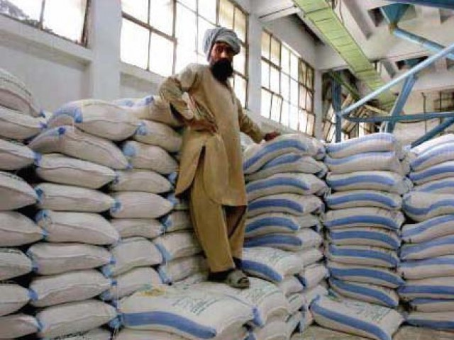 DISTRIBUTION: 8434 gunny bags were distributed among farmers at Dera Bakha centre in Bahawalpur on Friday. PHOTO: FILE