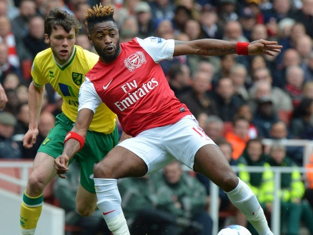 Arsenal's Cameroonian midfielder Alex Song (R) vies with Norwich City's English midfielder Jonathan Howson (L) during the English Premier League football match between Arsenal and Norwich City at The Emirates Stadium in north London, England on May 5, 2012. PHOTO: AFP