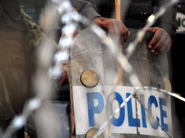 Despite the presence of police officials, assailants arrived at Mall Road, creating panic among traders. PHOTO: INP/ FILE