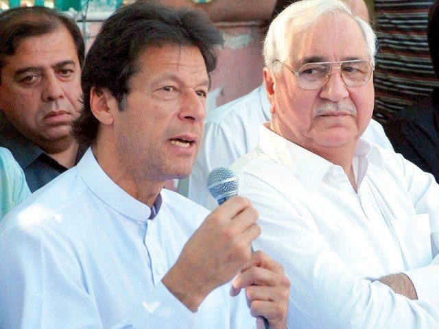 PTI Chairman Imran Khan flanked by Lt Gen (Retd) Ali Kuli Khan Khattak at the press conference. PHOTO: INP