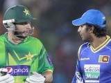 Afridi (L) talks with Sri Lanka's Kumar Sangakkara. PHOTO : REUTERS
