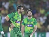 Afridi (L) talks to Sri Lanka's Tillakaratne Dilshan (R) after an unsuccessful LBW. PHOTO : REUTERS