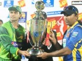 Jayawardene (R) and Pakistan Twenty20 cricket captain Mohammad Hafeez (L) pose with the trophy. PHOTO : AFP