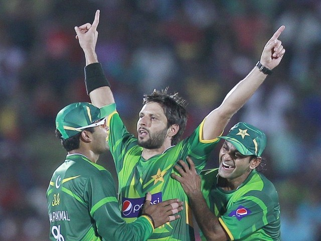 Afridi (C) celebrates with captain Mohammad Hafeez (R) and Umar Akmal. PHOTO: REUTERS