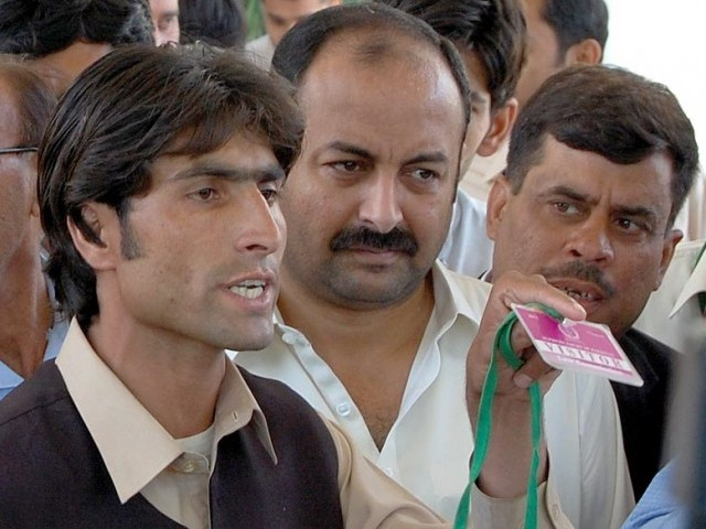 Afzal Khan, the brother of an accused boy in Kohistan girls' dancing episode, talking to media men after hearing of sou motu notice in the Kohistan death decree case at Supreme Court. PHOTO: INP