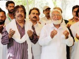 Singer Shaukat Ali along with others pray for the forgiveness of Mehdi Hassan in Lahore. PHOTO: ONLINE
