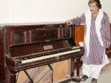 Singer Shaukat Ali reminisces about Mehdi Hassan alongside a piano used by the maestro at Radio Pakistan. PHOTO: ONLINE