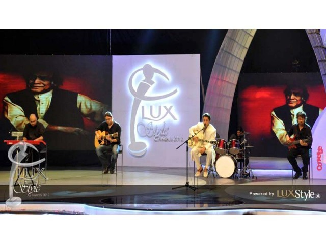 Ali Zafar pays tribute to Mehdi Hassan. PHOTO: LUX STYLE AWARDS FACEBOOK PAGE