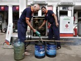 Employees manually fill containers with diesel during a power cut at a fuel station in New Delhi July 31, 2012. Grid failure hit India for a second day on Tuesday, cutting power to hundreds of millions of people in the populous northern and eastern states including the capital Delhi and major cities such as Kolkata. PHOTO: REUTERS
