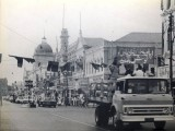 The motorcade of the US Apollo mission en route to the University of Karachi in 1973, where they gave a speech. PHOTO: US CONSULATE LAHORE WEBSITE