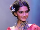 sonam-kapoor-walks-the-ramp-at-iijw-2011-grand-finale-photo-ians-2