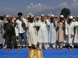 Muslim men attend prayers during Jumat-ul-Vida, the last Friday of the holy month of Ramazan, in the compound of Hazratbal shrine in Srinagar August 17, 2012. PHOTO: REUTERS