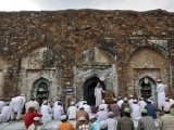 An Imam preaches to Muslims before last Friday prayers at the ruins of the Feroz Shah Kotla mosque ahead of the Eid ul-Fitr in New Delhi August 17, 2012. PHOTO: REUTERS
