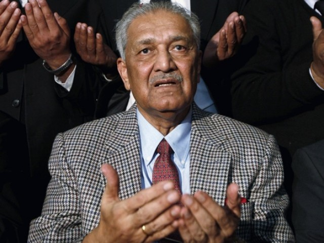 Abdul Qadeer Khan prays after addressing a lawyers' convention in Rawalpindi near Islamabad in this January 9, 2010. PHOTO: REUTERS/FILE