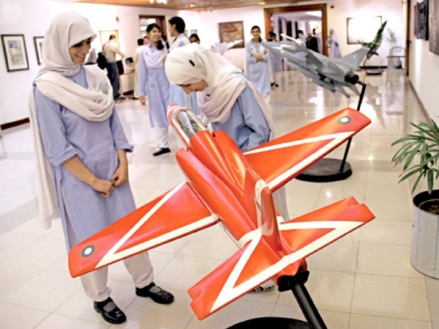 Besides the paintings and pictures, model aircraft are also on display at the exhibition. PHOTO: ONLINE/INP