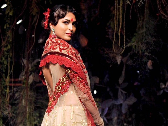An Indian model showcases a creation by Indian designer Tarun Tahiliani on the opening day of Aamby Valley India Bridal Fashion Week 2012 in Mumbai late September 12, 2012. PHOTO : AFP