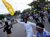 Pakistani Muslim protesters march toward the US consulate during a rally against an anti-Islam movie in Karachi on September 16, 2012. PHOTO : AFP