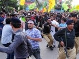 Pakistani Muslim protesters scuffle with police as they attempt to reach the US consulate during a rally against an anti-Islam movie in Karachi on September 16, 2012.  PHOTO : AFP