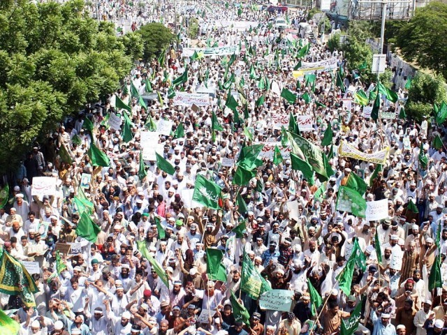 The rally was headed by Ruet-e-Hilal Committee Chairman Mufti Muneeb-ur-Rehman. PHOTO: ONLINE
