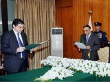 President Zardari administrating the oath of the vacant position to his Senator Salim Mandviwalla. PHOTO: APP
