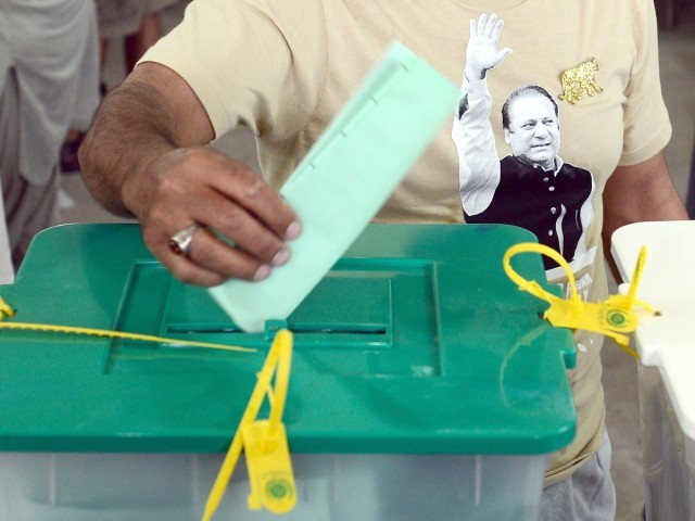 A supporter of former Pakistani prime minister Nawaz Sharif, casts his vote at a polling station in Lahore on May 11, 2013. PHOTO : AFP